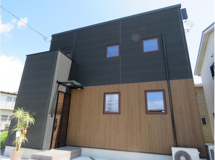 広いLDKにデザイン階段のある家